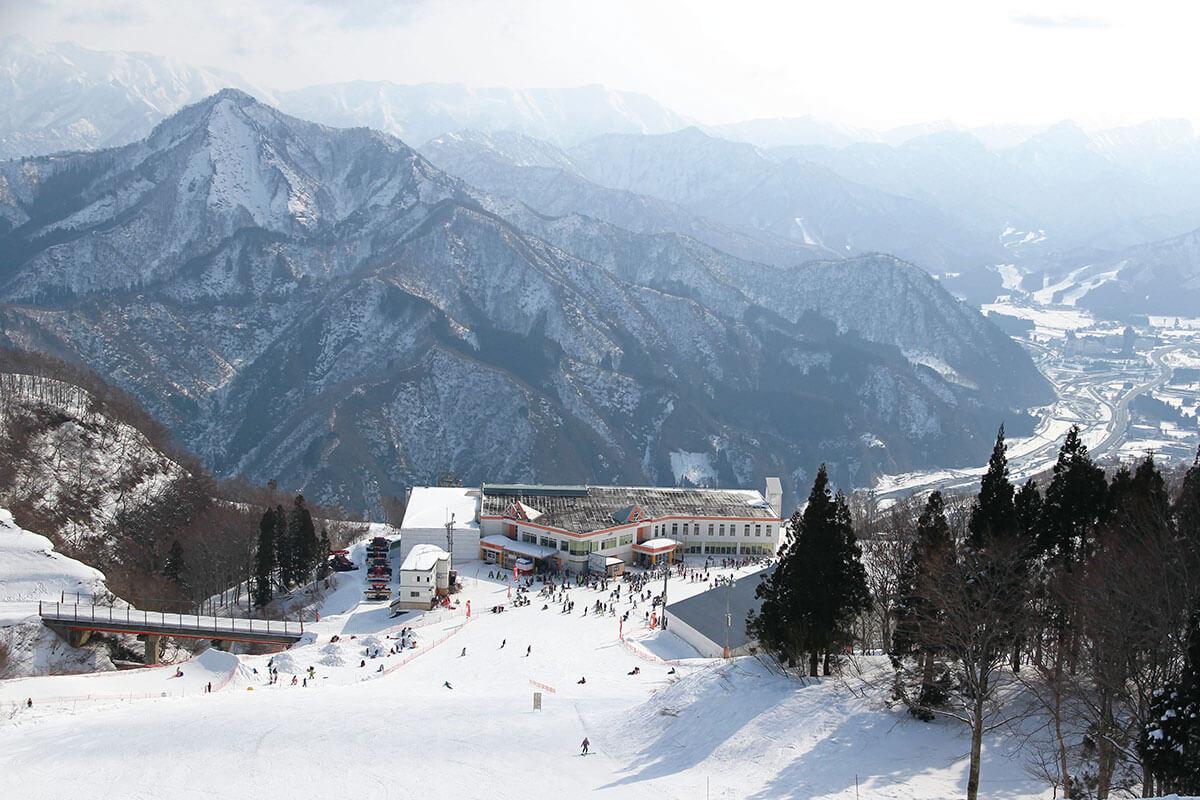 ガーラ湯沢スキー場 中級者コース「ジジ」から見るレストハウス