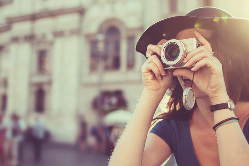 写真を撮る女性(イメージ)