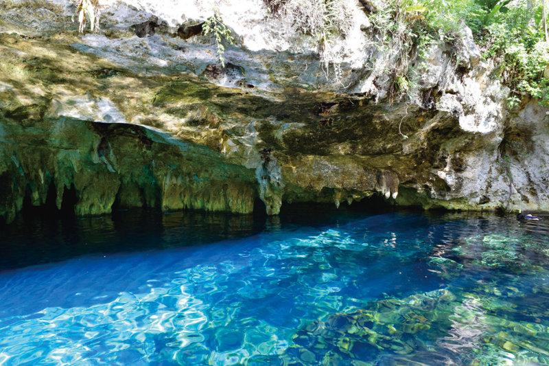 あまりの青さに吸い込まれそう!! 幻想的なメキシコ「グランセノーテ」に行ってみよう。