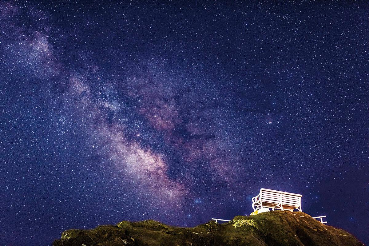 野島埼灯台の白いベンチと星空
