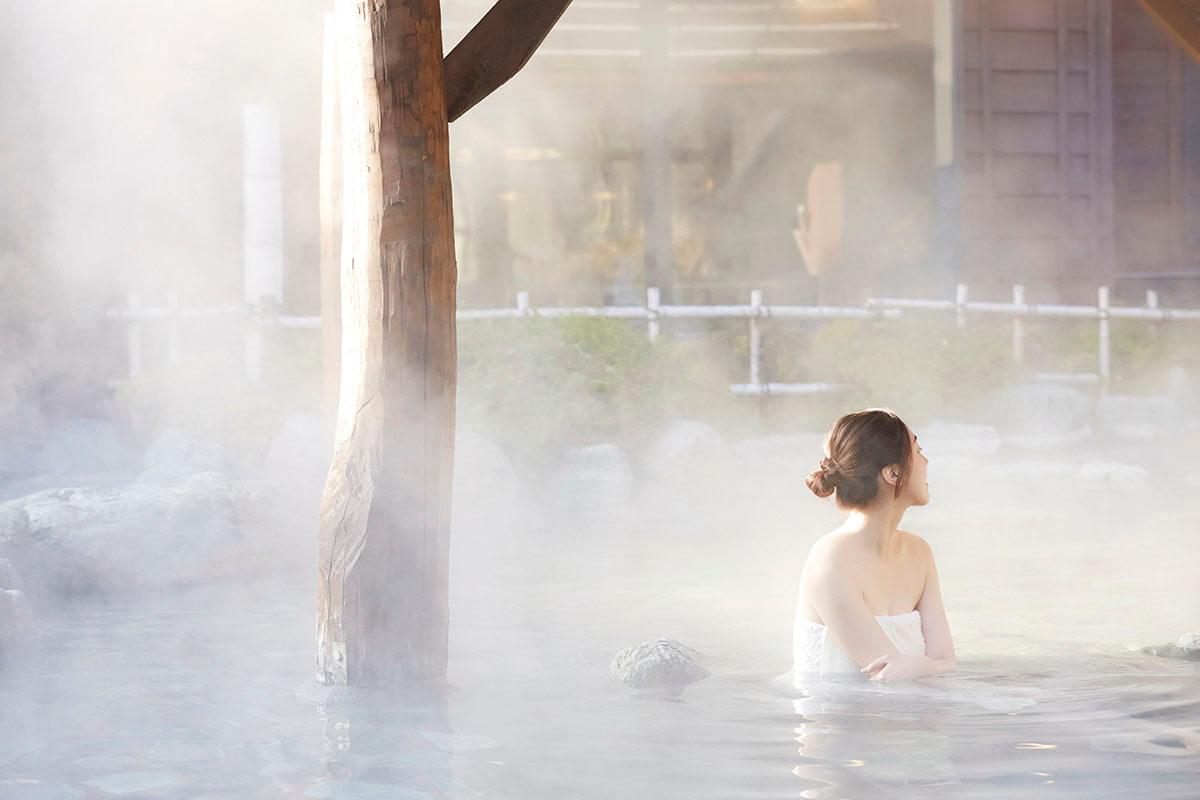 温泉に浸かる女性(イメージ)