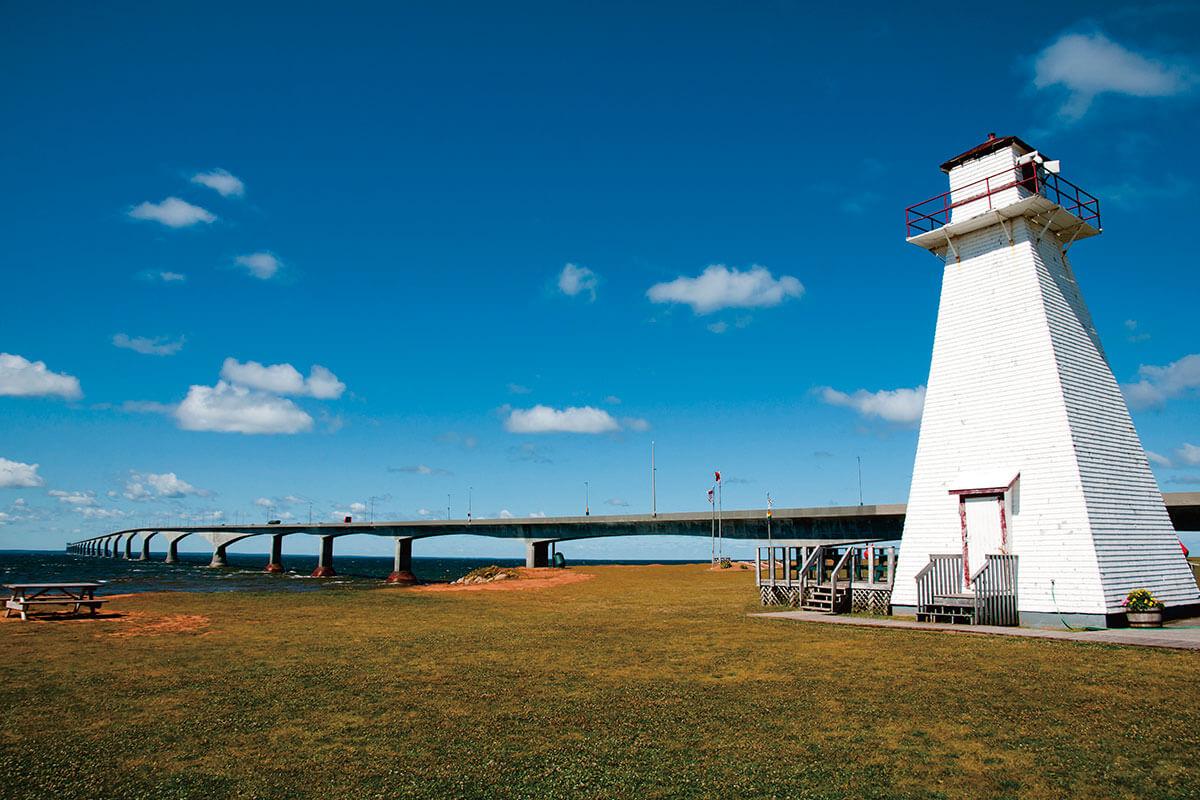 コンフェデレーション橋と灯台