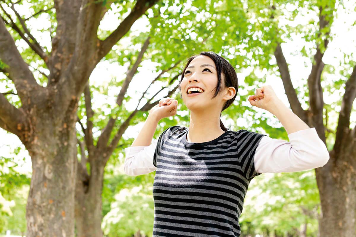 森林浴をする女性(イメージ)