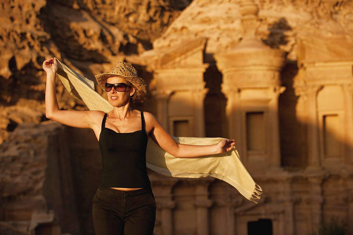 ペトラ遺跡を観光する女性(イメージ)