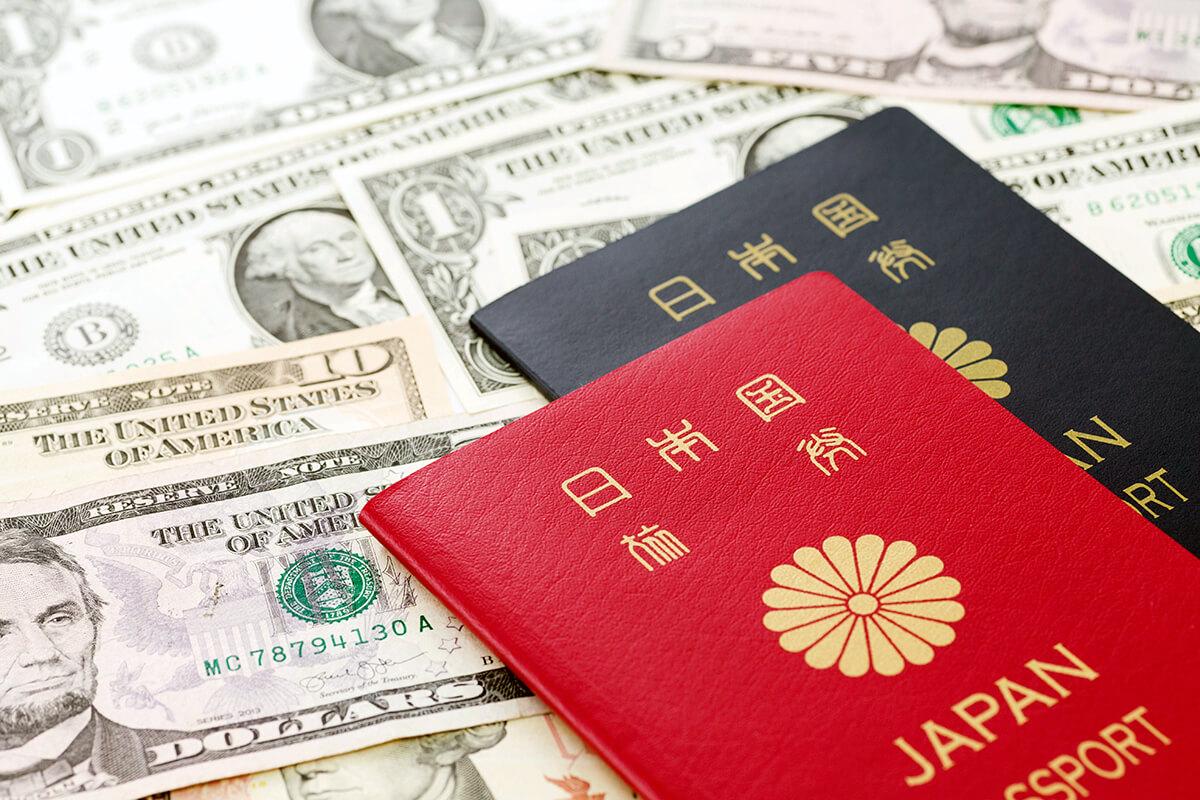 パスポートとドル紙幣(イメージ)