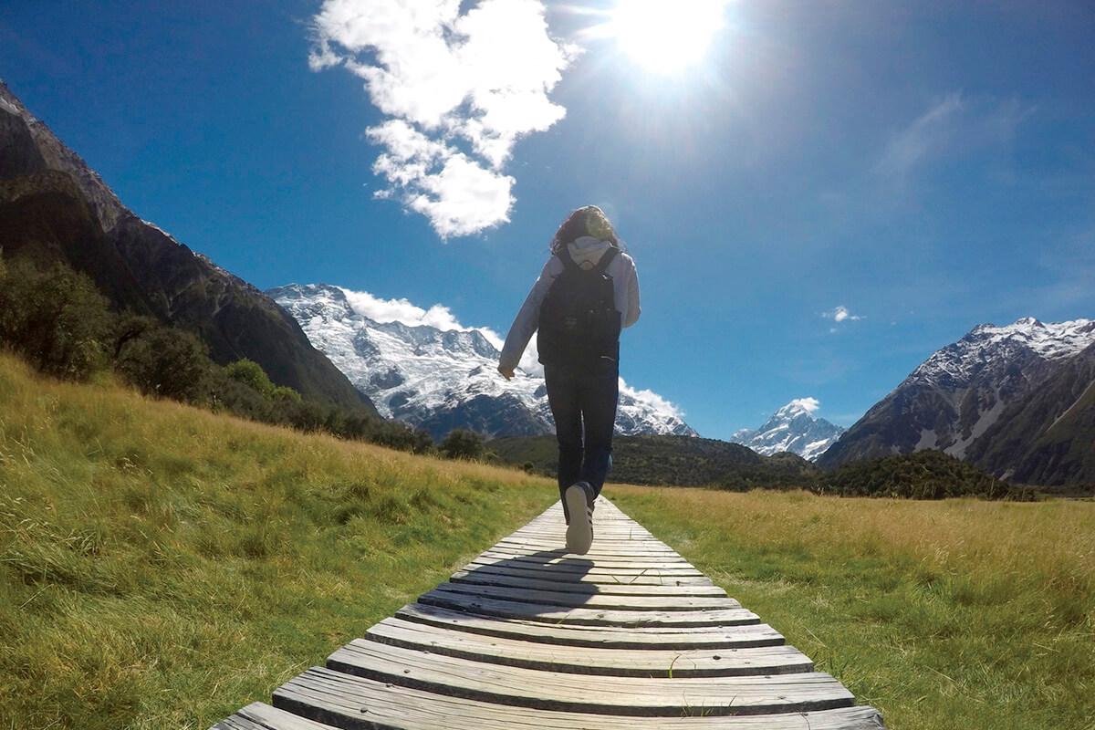マウント・クックをハイキングする女性