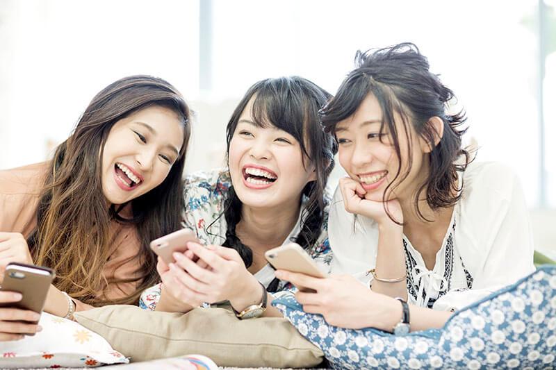 友人と仲良く話しあう女性グループ(イメージ写真)