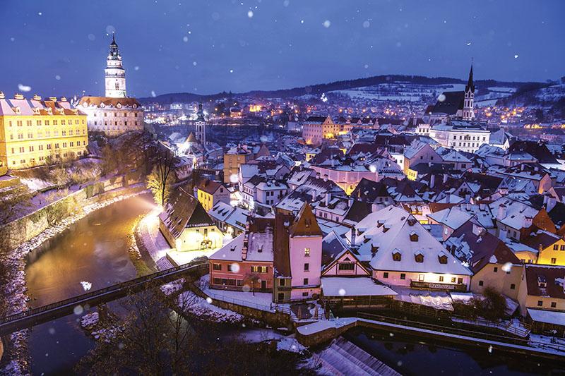 雪降るチェスキークルムロフの夜景