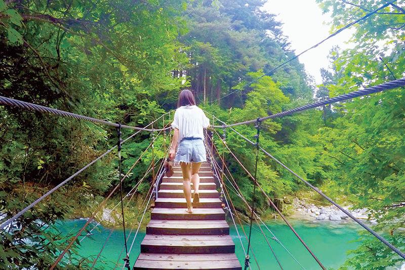付知峡 やじろ橋を渡る女性