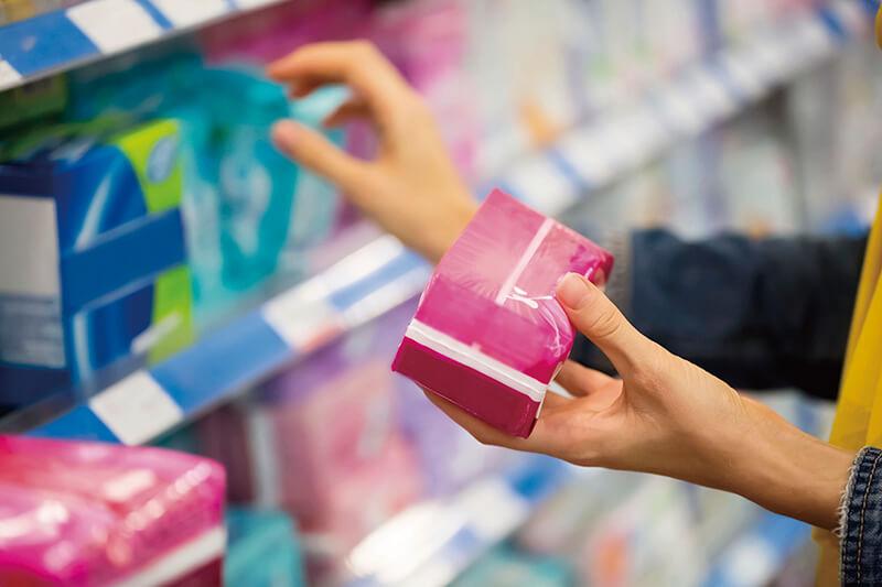 生理用品を選ぶ女性(イメージ)