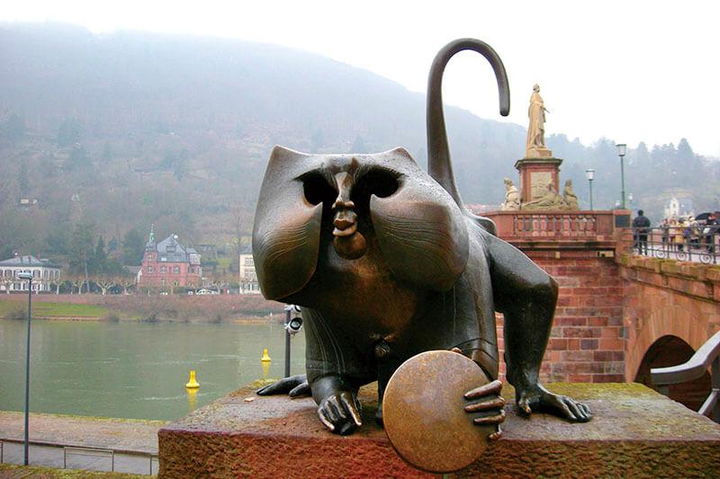 カール・テオドール橋・金色の鏡を持った猿の像