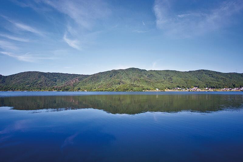 琵琶湖の近くの小さな湖「滋賀県・余呉湖」ってどんなところ? 人気のサラダパンもご紹介!