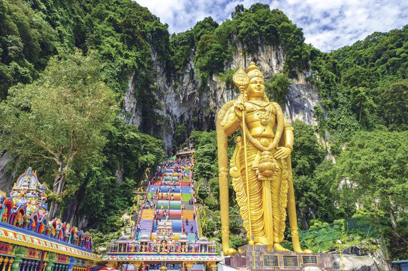 カラフルな長い階段と巨大な立像が目印! クアラルンプール郊外の神秘の洞窟「バトゥ洞窟」