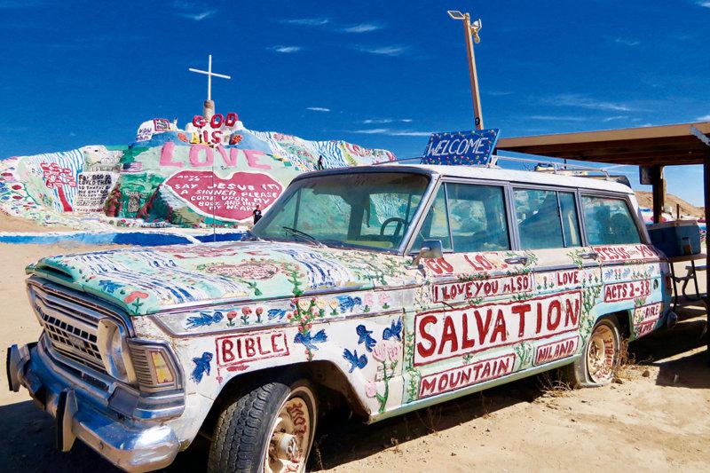 砂漠の中のポップなアート!! 映画やミュージック・ビデオにも登場する「サルベーションマウンテン」ってどんなところ?