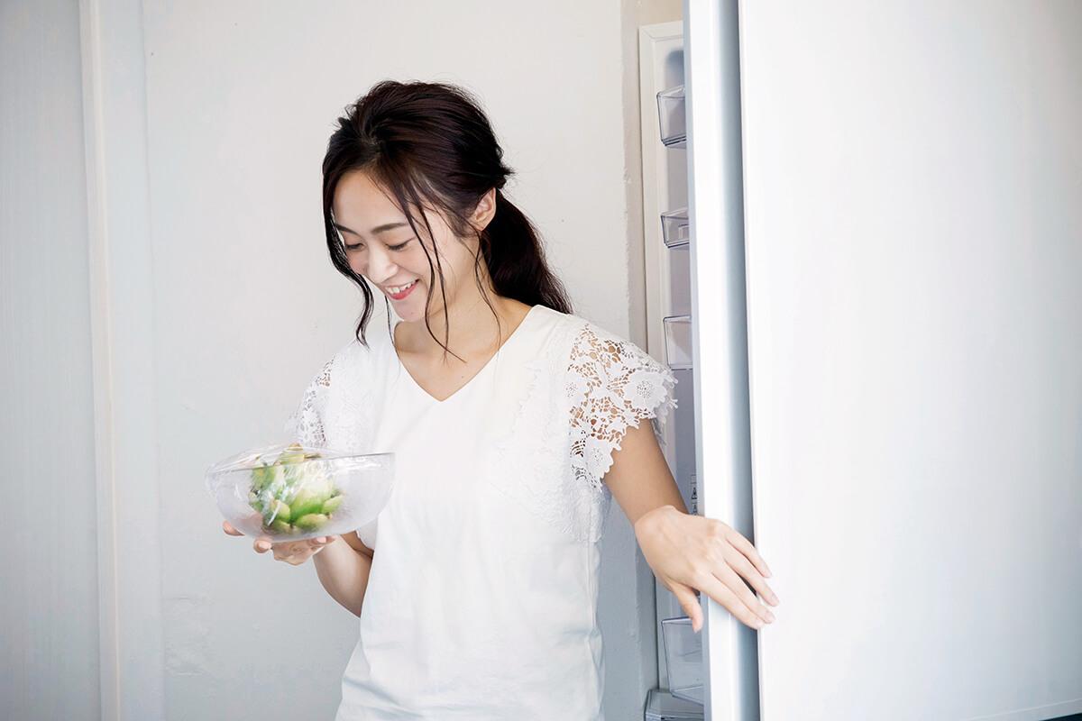 冷蔵庫を閉める女性(イメージ)