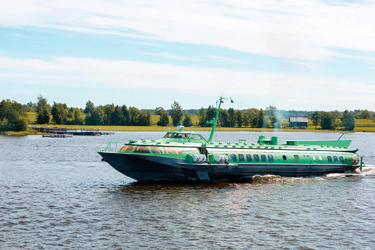 キジ島へ向かう水中翼船