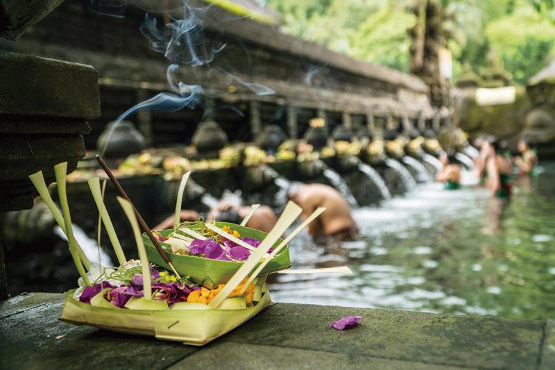 インドネシア・バリ島の世界遺産「ティルタウンプル寺院」で沐浴をしてみよう!!
