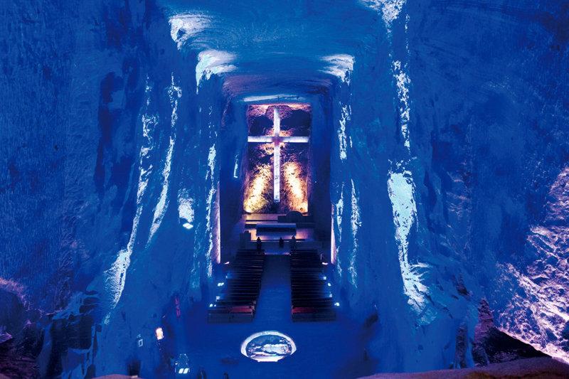 南米コロンビアの小さな町シパキラにある「塩の大聖堂」が幻想的すぎ…!!