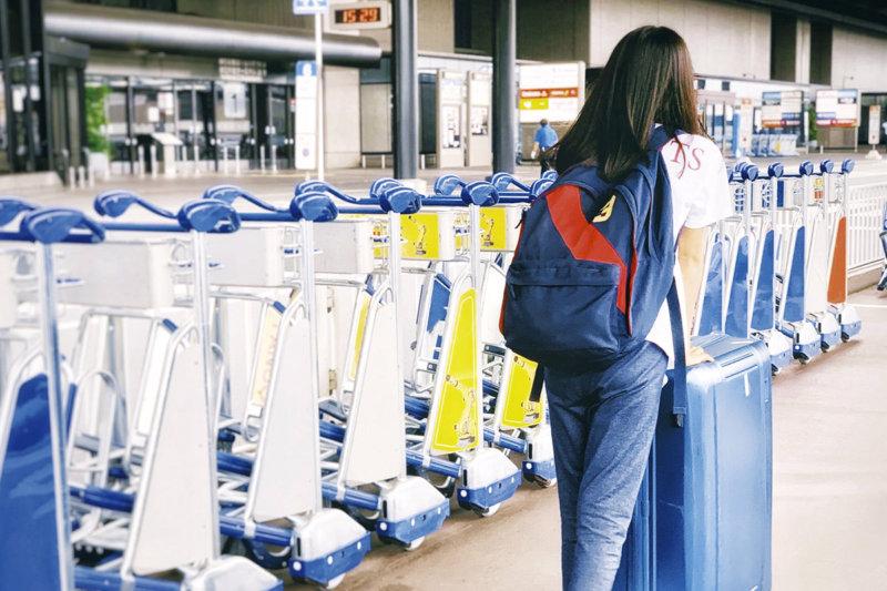 最近、海外旅行に行った女性に「初めての海外旅行」について質問! 行き先や目的は何だった?