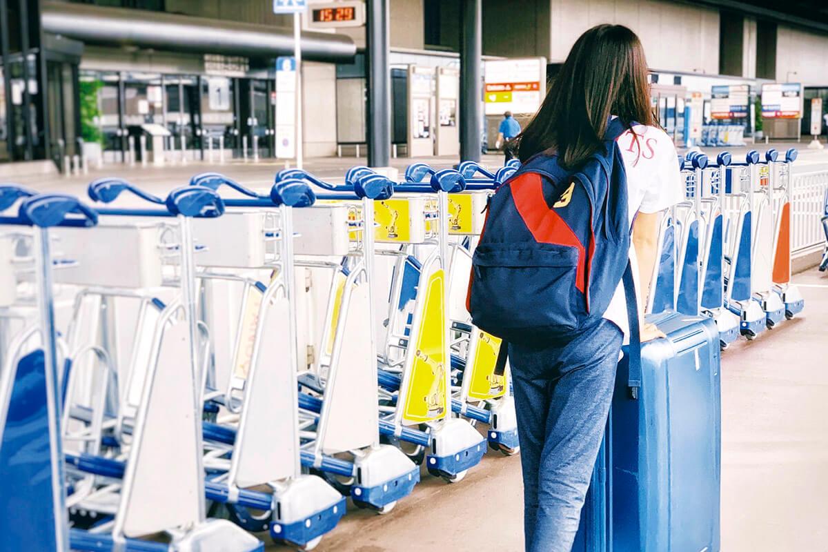 海外旅行に行く女性(イメージ)