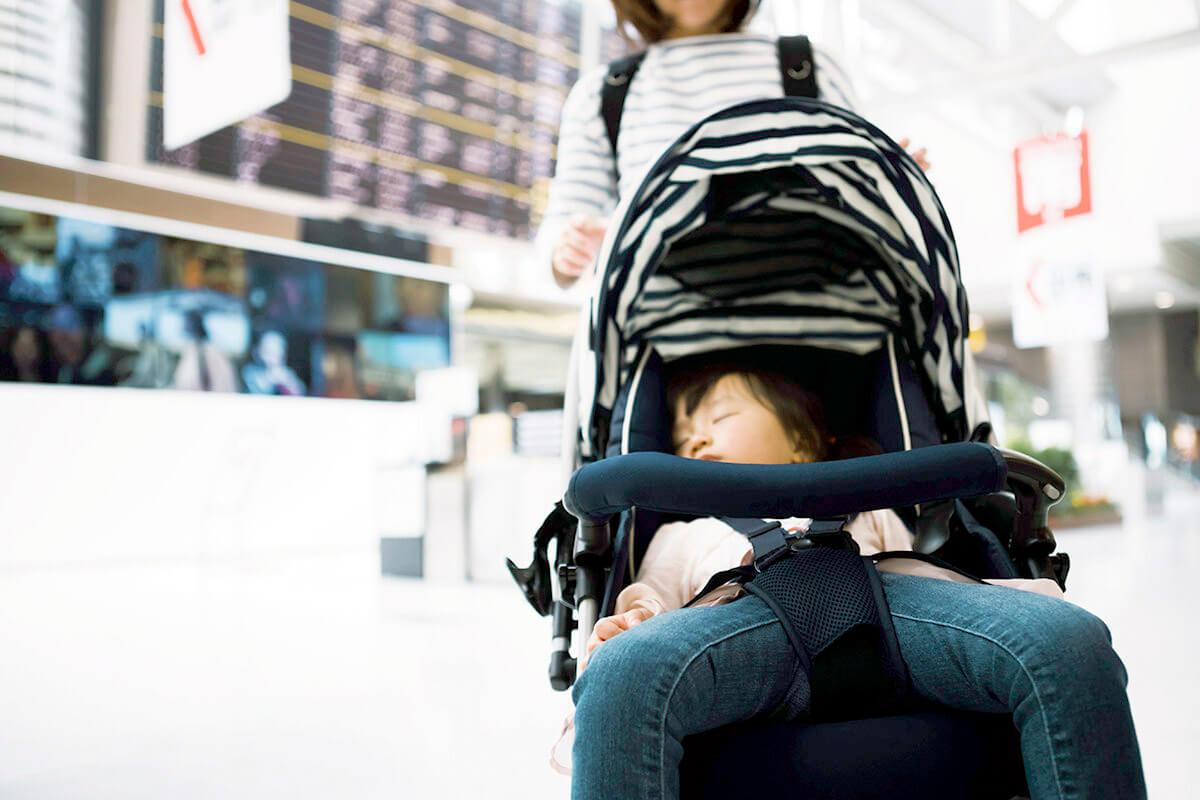 子連れで旅行にいく女性(イメージ)