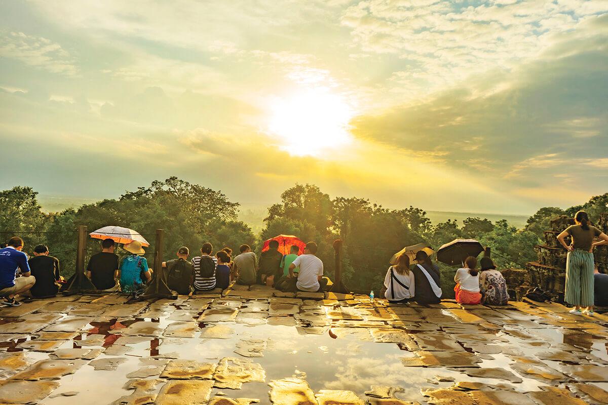 夕日が沈むプノンバケンの丘