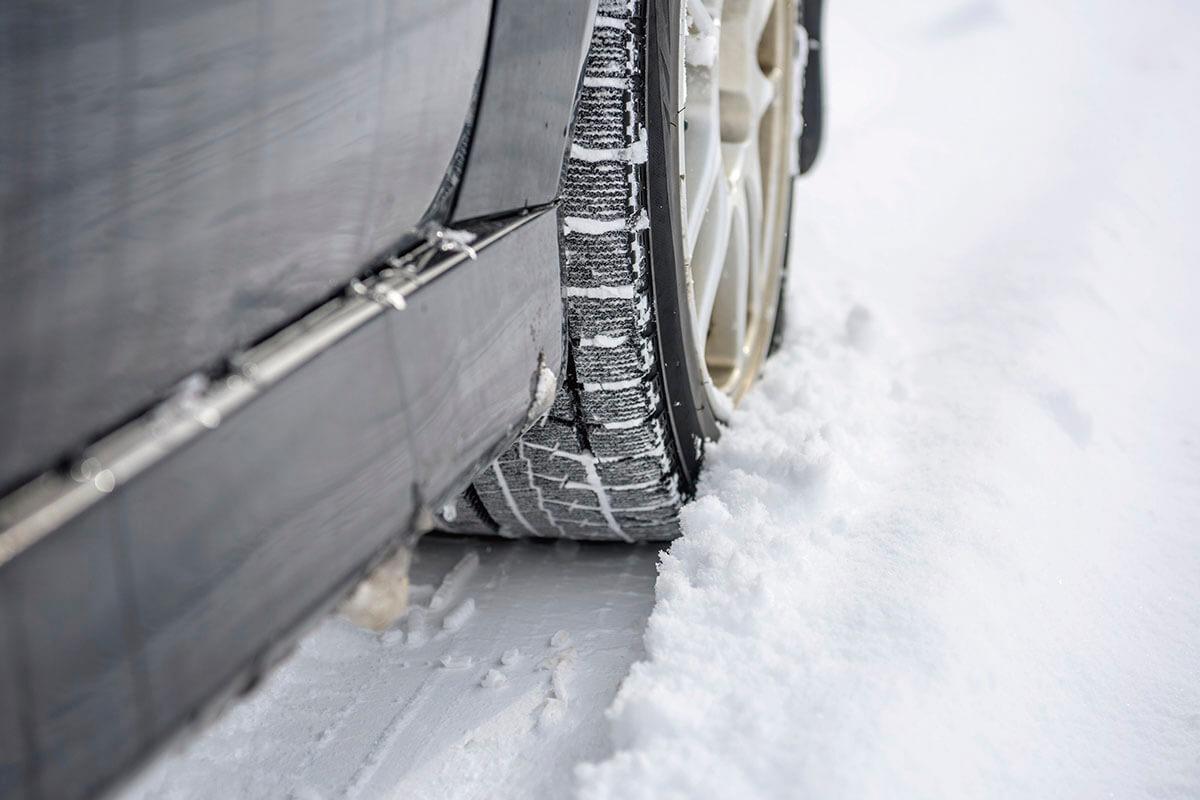 雪道にはスタッドレスタイヤを装着
