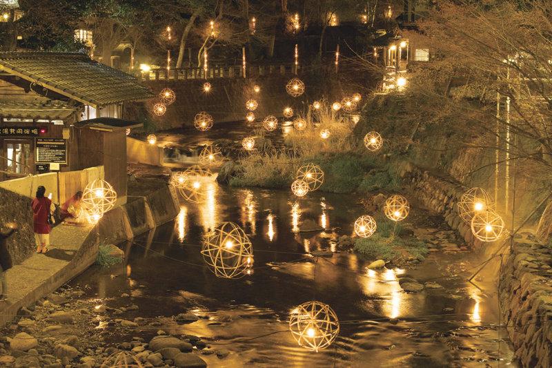 湯めぐりが楽しめる熊本県・黒川温泉。冬は幻想的なイルミネーション「黒川温泉 湯あかり」が綺麗!