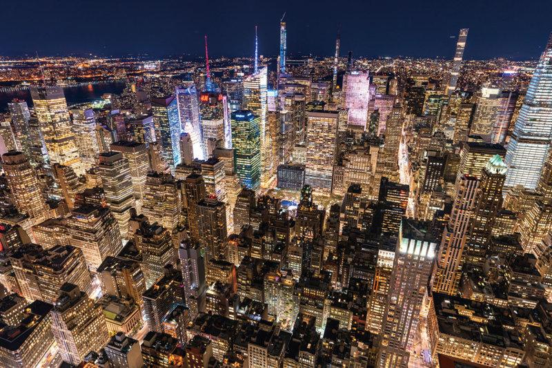 エンパイア・ステート・ビルで、ニューヨークの光り輝く摩天楼を上から眺めよう。