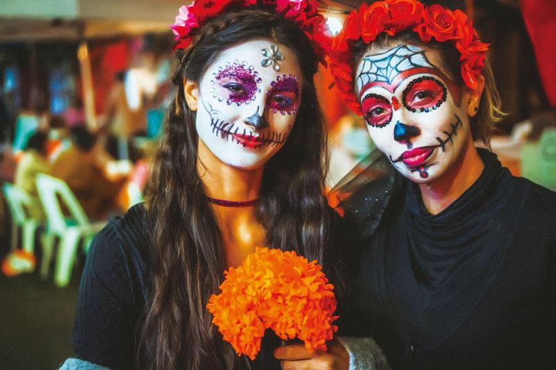 ガイコツとオレンジ色がいっぱい!! メキシコの「死者の日」とは?