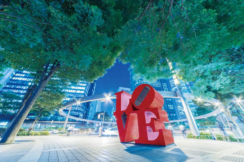 実は世界中にあるって知ってた? 新宿アイランドタワー「LOVE」のオブジェ