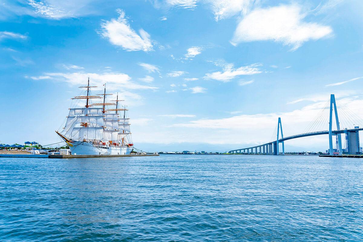 帆船 海王丸と新湊大橋