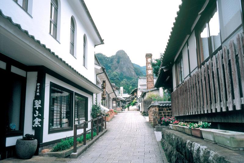 江戸時代から残る秘窯! 佐賀県「大川内山」美しき伊万里焼の街に行ってみたい!