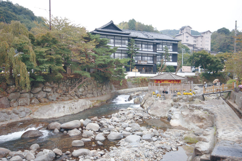 静岡県・伊豆最古の温泉地「修善寺温泉」足湯や温泉街を満喫!!さらに恋愛成就の祈願もしよう。