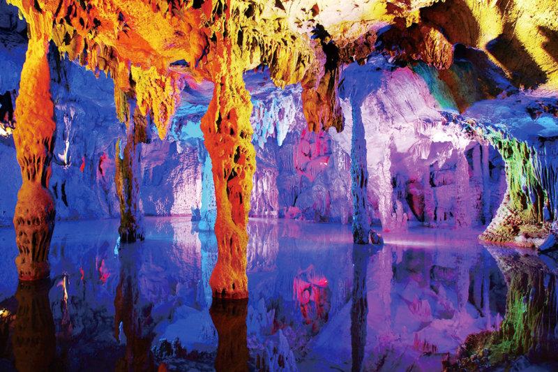 中国・桂林の鍾乳洞「蘆笛岩(ろてきがん)」。派手なライトアップが幻想的!