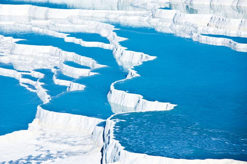 真っ白な石灰棚と青く流れる水の絶景!! トルコの世界遺産「パムッカレ」