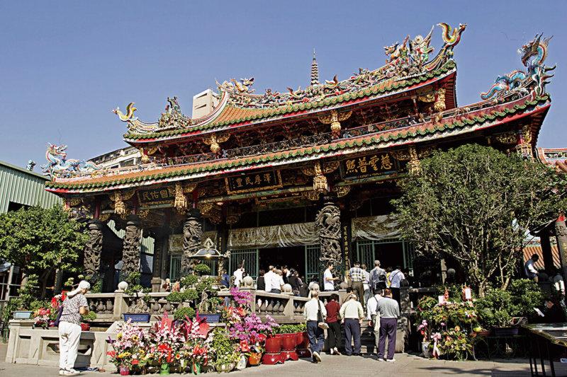 恋する女性必見!台湾最強のパワースポット「龍山寺」で、良縁の神様「月下老人」から赤い糸を貰うと恋が叶うと話題に!