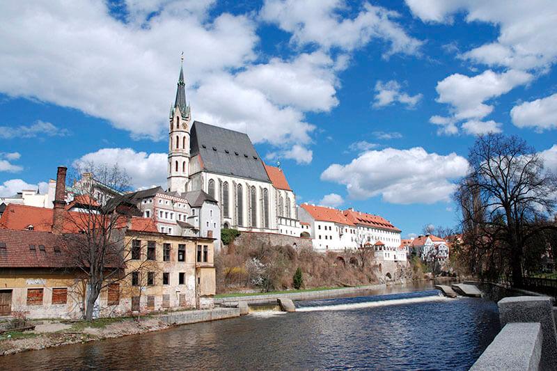 ヴルタヴァ川沿いの聖ビート教会
