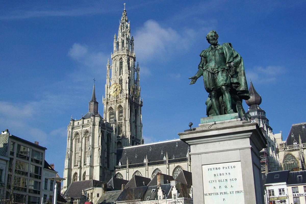 ノートルダム大聖堂 外観 ルーベンスの像
