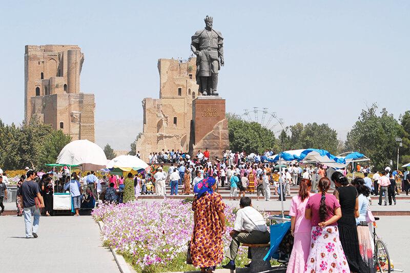 世界遺産 シャフリサブス街並みのティムール像とアク・サライ宮殿跡