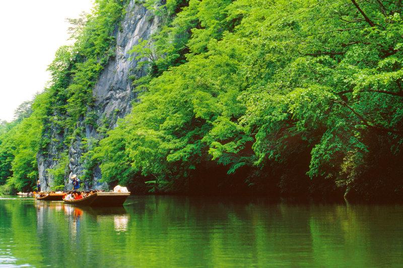 日本百景のひとつ・岩手県「猊鼻渓」で四季折々の渓谷の美しさを舟下りで堪能しよう。