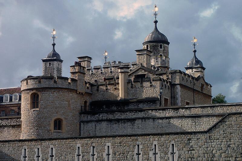 怖い!? イギリス・ロンドン塔にまつわるカラスや幽霊、王冠、宝石などの気になる噂とは?