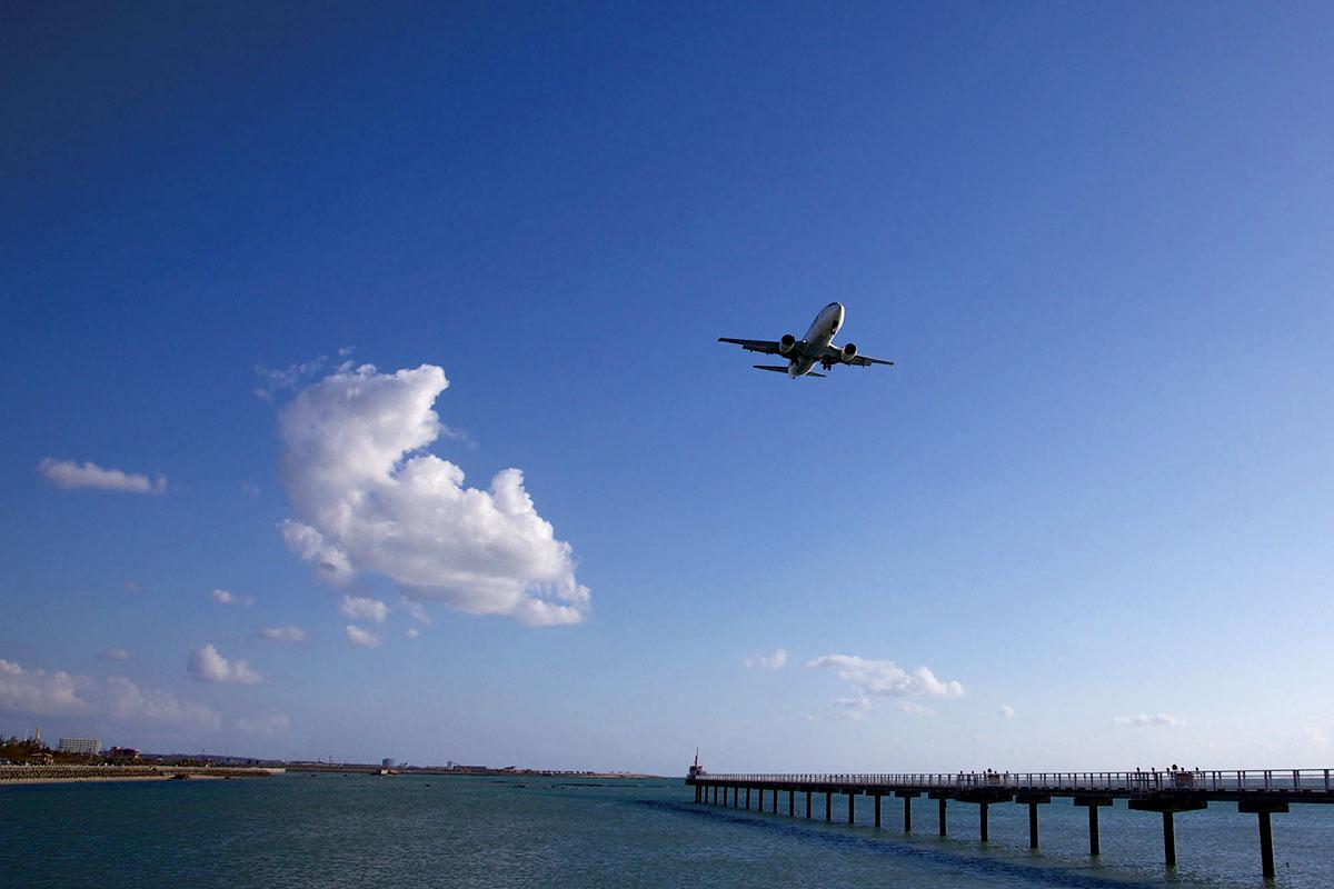 沖縄 瀬長島から見える飛行機