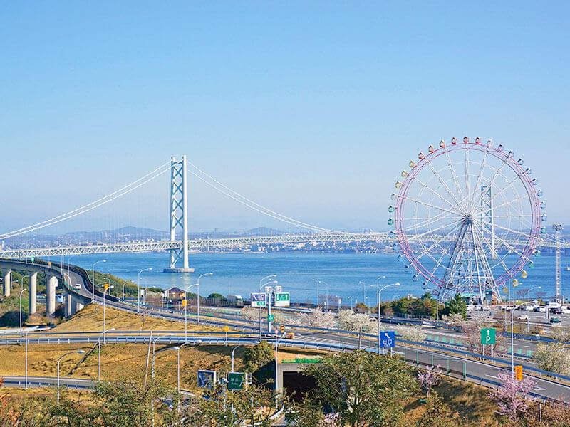 ハイウェイオアシス駐車場から見る明石海峡大橋と観覧車