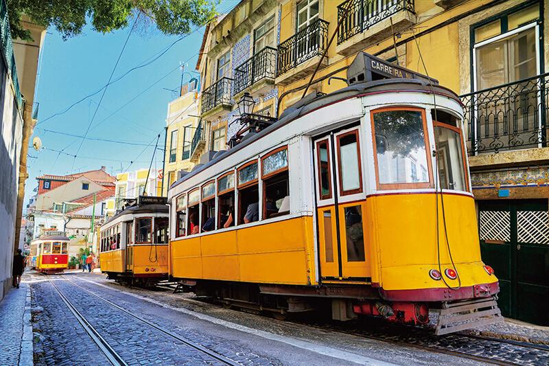 リスボンのセカテドラル 黄色の路面電車