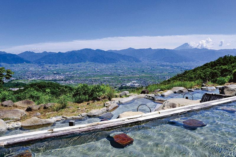 これぞ絶景露天風呂! 目の前に富士山、夜は満天の星…山梨県の「ほったらかし温泉」を満喫しよう