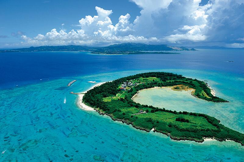 沖縄のクロワッサンアイランド!! エメラルドグリーンの海と白い砂浜「水納島(みんなじま)」の魅力とは?