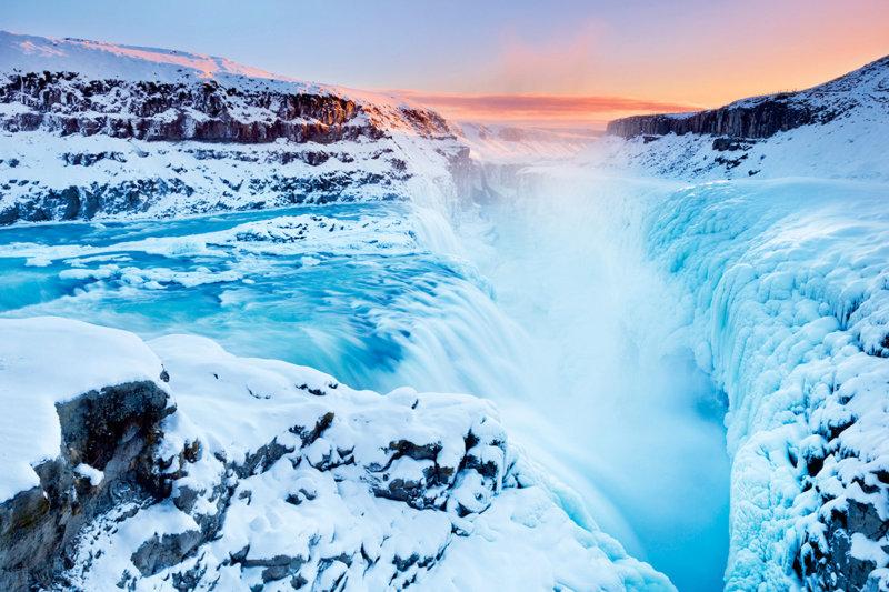 火と氷の国・アイスランドは絶景の宝庫!! ミルキーブルーの温泉や氷の洞窟、オーロラも見られる!!