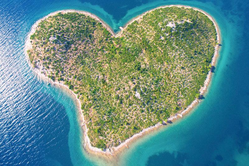 ロマンチックな絶景!! 大切な人と行きたい世界の「ハートの島」5選