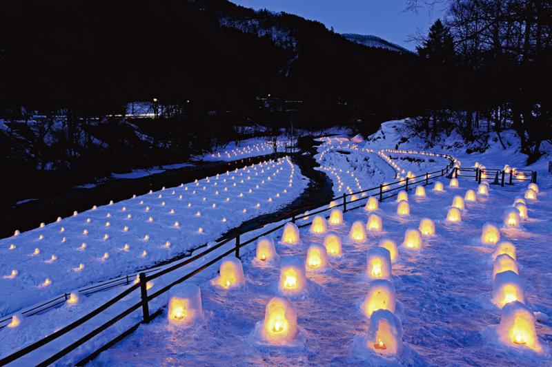 ミニかまくらは必見! 栃木県日光市「湯西川温泉 かまくら祭」のライトアップが綺麗